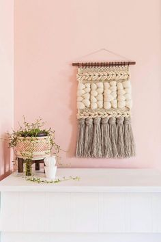 Quick Weave Wall Hanging DIY - A Beautiful Mess The title of this tutorial may be a little misleading because weaving is never really a quick activity. Weaving Wall Hanging, Weaving Art, Loom Weaving, Wall Hangings, Tapestry Weaving, Hand Weaving, Estilo Tribal, Cheap Wall Art, Handmade Wall Hanging