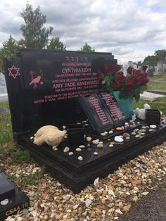 Amy Jade Winehouse Find a Grave. This is the real grave. There are a few fake stones going around, photoshopped. Cemetery Monuments, Cemetery Statues, Cemetery Headstones, Old Cemeteries, Cemetery Art, Graveyards, Unusual Headstones, Famous Tombstones, Famous Graves