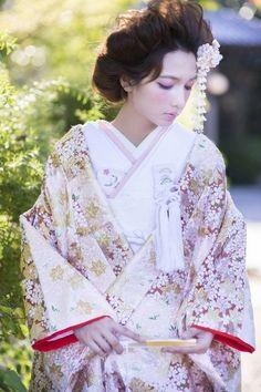 唐織の色打ち掛け colorful wedding kimono of Chinese brocade Kimono Japan, Japanese Kimono, Japanese Geisha, Traditional Kimono, Traditional Dresses, Japanese Outfits, Japanese Fashion, Japanese Clothing, Hanfu