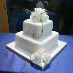 Gorgeous Wedding Cake Fresh Flowers Combo You Will Love – Bridezilla Flowers Square Shaped Wedding Cakes, 2 Tier Wedding Cakes, Diy Wedding Cake, Amazing Wedding Cakes, Square Cakes, White Wedding Cakes, Wedding Cake Designs, Wedding Stuff, Wedding Ideas