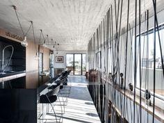 Les architectes du studio «Toledano + Architects» ont transformé les deux derniers étages de cet immeuble d'habitations en un magnifique duplex pensé com