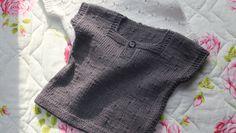 """En lille kortærmet T-shirt eller vest er suveræn som det lille """"ekstra"""" lag, når baby skal holdes varm på den lækre måde. Modellen her strikkes i det blødeste bomuld/akryl, som kan vaskes igen og igen"""