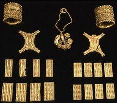 El tesoro del Carambolo Imagen general del tesoro de El Carambolo hallado en 1958 en las inmediaciones de la localidad de camas, Sevilla.