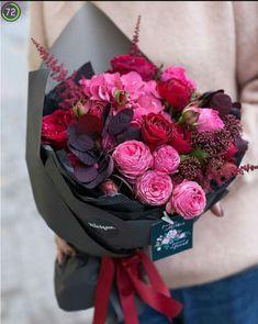 flowers bouquet floral arrangements Valentine's Day Flower Arrangement Trends How To Wrap Flowers, Pink Flowers, Beautiful Flowers, Bouquet Flowers, Vintage Flowers, Flowers Pics, Red Wedding Flowers, Bunch Of Flowers, Flowers Garden