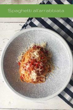 Ein Klassiker der italienischen Küche sind die Spaghetti all'arrabbiata. Von einigen ob der Schärfe als Mutprobe bezeichnet, von anderen einfach nur heiß und innig geliebt, sind sie vor allem eins: Molto bene! Richtig gut nämlich. Spaghetti, Pesto Pasta, Easy Peasy, Food Inspiration, Italian Recipes, Pasta Recipes, Risotto, Noodles, Cabbage