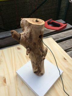 Bonjour à toutes et à tous, Je vous propose aujourd'hui mon premier tutoriel. Il vous permettra de fabriquer une lampe en bois flotté facilement de chez vous. Le coût de la lampe est d'…