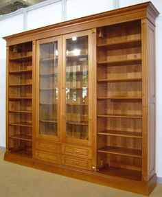 Livreiro de madeira com porta de vidro  proteção para os livros  na profundidade certa
