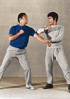 ~Dan Inosanto & Bruce Lee - Lop Sao/Gwa Choy~ I got to train with Sifu Adrian Tandez, who started training JKD with Paul Vunak and became a certified JKD/Inosanto Kali Esrima instructor under Guro Dan! Brandon Lee, Jiu Jitsu, Bruce Lee Wing Chun, Bruce Lee Training, Bruce Lee Family, Bruce Lee Martial Arts, Bruce Lee Photos, Jeet Kune Do, Art Of Fighting