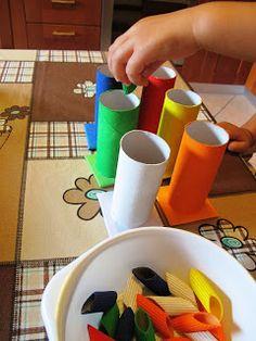 Tante idee con il medesimo scopo: insegnare i colori Activities For Autistic Children, Activities For 2 Year Olds, Indoor Activities For Kids, Color Activities, Infant Activities, Kids And Parenting, Montessori Baby, Montessori Activities, Preschool Activities