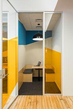 Slack, cabine, réunion, jaune et bleu, banquette