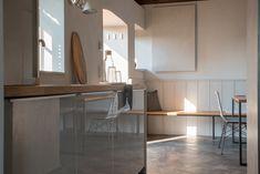 #modernkitchen #greykitchen #cementfloor #tinyhouse #holidyrental #danishdesign #selbstversorgerunterkunft #unterkunftimburgenland #kellerstöckl Conference Room, Divider, Kitchen, Table, Furniture, Home Decor, Modern Cottage, Cooking, Decoration Home