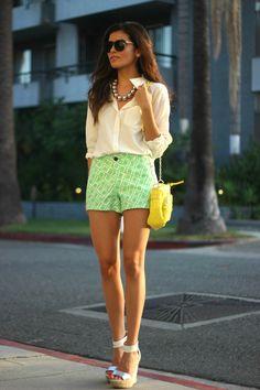 grüne hose kurz muster weiße bluse creme gelbe handtasche sommer