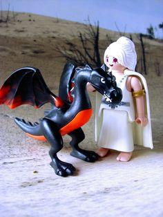 """Daenerys Sturmtochter aus dem Hause Targaryen, die Erste ihres Namens, Mutter der Drachen, Königin der Andalen und der Ersten Menschen, Regentin der sieben Königslande und Beschützerin des Reiches, Khaleesi des Dothrakischen Meeres, Brecherin der Ketten und was weiß ich noch alles… zusammen mit ihren """"Kind"""" Drogon. Playmobil"""