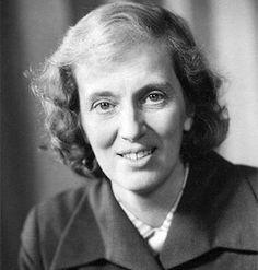 Dorothy Crowfoot Hodgkin fue una química británica premiada con el Nobel. Famosa por la utilización de la difacción de los rayos X en el estudio de la estructura de las macromoléculas, nació en El Cairo y estudió en la Universidad de Oxford. En 1960 fue designada profesora de investigación en la Sociedad Real. En 1964 recibió el Premio Nobel de química por determinar la estructura de los compuestos bioquímicos esenciales para combatir la anemia perniciosa.