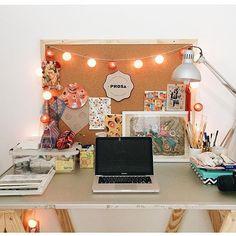 Apaixonada por esse home office! Painel de cortiça é sempre tão útil e prático, né gente? {via @lojaprosa} #decoraçãopravocê #homeofficedpv
