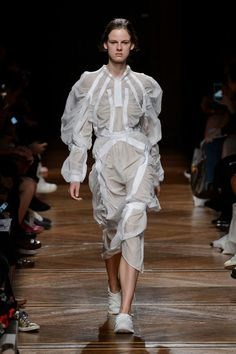 Anrealage at Paris Fashion Week Spring 2018 Anrealage at Paris Fashion Week Spring 2018 - Runway Pho Fashion Fail, Weird Fashion, New Fashion Trends, High End Fashion, Fashion Today, Fashion Show, Fashion Design, Women's Fashion, Latest Fashion