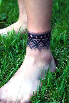 A great geoometric and dotwork tattoo idea that can be placed on the arm or leg as a band. Style: Dotwork. Color: Black. Tags: Cool, First, Easy