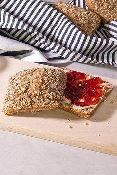 Unser Bio Vollkornweckerl schmeckt besonders gut als Marmeladenbrot. Bestes Bio Getreide aus Tirol. Jetzt probieren!