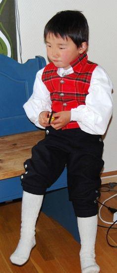 """Rondastakk og rutaliv  har vært brukt i Norge siden 1830 årene.   Guttebunaden har vi i str 1/2år, 1år, 2år, 4år, 6år, 8år, 10år,12år, 14år.     Du kan også sy denne selv! Priser på """"sy selv pakker"""" finner du i vår nettbutikk!  #bunad #Barn #kid #sewing_instructions"""