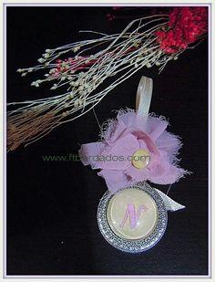 Medalla personalizada con la inicial de tu bebé la puedes encontrar en ft bordados