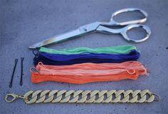 ①チェーンブレスレット、刺繍糸、ヘアピン2本、はさみを用意します。