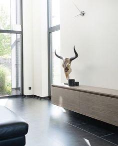 Allesbehalve je klassieke schoenendoos • Architect: www.slarchitecten.be (interieur • modern • design • hoge ramen • tegelvloer • opbergmeubel)
