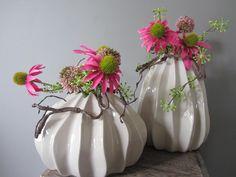 Ribbel vaasje gevuld met hard roze margrieten, een bessen toefje en een alium bol. www.abonneefleur..nl