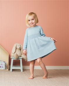 Kjole - DuStoreAlpakka Knitted Baby Outfits, Knit Baby Dress, Knit Baby Sweaters, Knitting For Kids, Baby Knitting, Baby Girl Dresses, Flower Girl Dresses, Baby Barn, Kids Wear