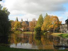 Herfst in het Noorderplantsoen met op de achtergrond de torens van de Noorderkerk