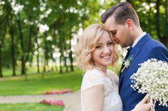 granatowy garnitur na ślubie, szelki na ślubie, gipsówka, piękna para młoda, cudny ślub, judyta marcol fotografia