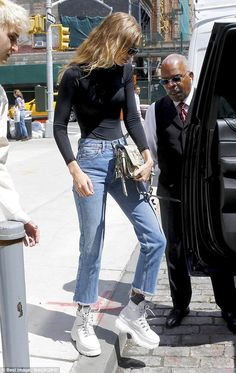 Gigi Hadid displays svelte figure in tight top as she heads out in NYC - On the move: Black cat-eye sunglasses completed the model's look as she headed into a waiting vehicle Source by stecherus - Looks Gigi Hadid, Gigi Hadid Style, Trendy Outfits, Cute Outfits, Fashion Outfits, Nyc, Estilo Gigi Hadid, Yolanda Foster, Gigi Hadid Outfits