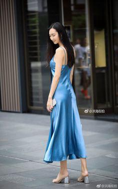 Beauty collection Blue Silk Dress, Silk Satin Dress, Satin Dresses, Blue Satin, Beautiful Asian Women, Beautiful Legs, Beautiful Outfits, Street Chic, Street Style