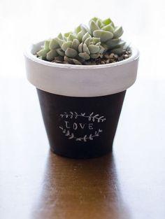 Resultado de imagen para macetas con frases Painted Plant Pots, Cactus Pot, Concrete Crafts, Garden Show, Craft Club, Green Plants, Pot Plants, Terracotta Pots, Clay Pots