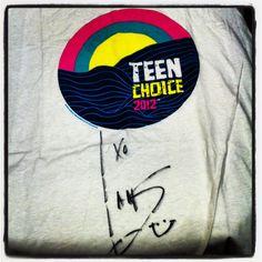 Esta camiseta autografada por Ian Somerhalder, interprete de Damon Salvatore, na serie The Vampire Diaries, eleito o ator mais gato pelos fas do TCA pode ser sua. Participe deste sorteio e concorra: http://tmblr.co/ZDv8CxRCOLoS Boa sorte!