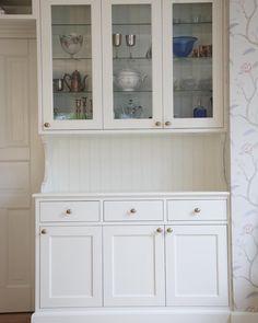 Platsbyggt vitrinskåp med pärlspont och vackra konsoler. #platsbyggt #kök #vitrinskåp #platsbyggtkök #sekelskifte #sekelskifteskök #pärlspont #drömkök #köksinspiration #sven_snickare Sven, China Cabinet, Storage, Inspiration, Furniture, Home Decor, White Cabinets, Purse Storage, Biblical Inspiration