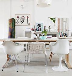 Witte verschillende stoelen.  what ever that means, yeah.