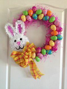 jour de pâques 2018 couronne avec lapin et oeufs multicolores