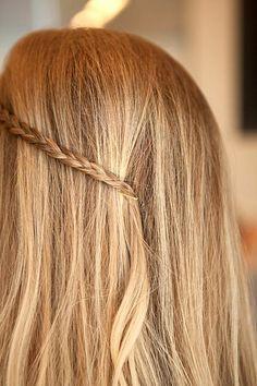 kleine Zöpfe mit Haarklammern befestigen.