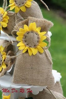bomboniere: Le bomboniere con i girasoli Burlap Crafts, Felt Crafts, Fabric Crafts, Sewing Crafts, Diy And Crafts, Sewing Projects, Burlap Flowers, Felt Flowers, Diy Flowers