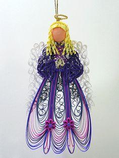 Il sagit dun piquants / ornement décoratif suspendu en filigrane dun ange céleste orné dans une robe rose violette et fuchsia impériale avec des ailes blanches dentelles. Un ange unique qui a été conçu et créé par Sue C - un cadeau dans un cadeau individuellement. La dernière photo en groupement montre les mesures pour lange en pouces. Cet ornement arrive prêt à donner dans sa propre boîte cadeau marron (mesure 5 1/2 x 3 1/2 x 1 ) avec une étiquette de cadeau ange piquants. Lornement est…