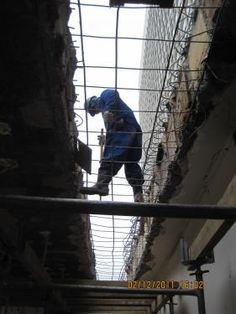 Operário trabalhando na construção da torre Oscar Niemeyer.    Acesse a FGV no Facebook:  http://www.facebook.com/fgv.oficial