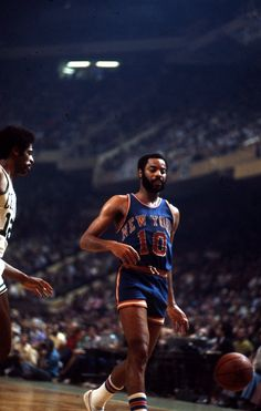 National Basketball League, New York Basketball, Basketball Legends, Nba Players, Basketball Players, New York Knickerbockers, Walt Frazier, Basketball Photography, Team Coaching