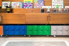 Apaixonado por lego, João ganhou um quarto onde o clássico brinquedo escandinavo está presente na marcenaria, cores e tema. By THE LITTLE DOOR STUDIO.