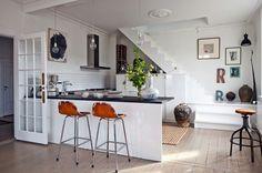 """La vivienda de Copenhague de Birgitte Raben logra conjugar la simplicidad nórdica con el exotismo asiático. Durante la mitad del año, la diseñadora de moda e interiores busca inspiración en Oriente para comprender """"otras dimensiones de ser mujer"""". Los ángulos rectos de la arquitectura se compensan con las curvas del mobiliario."""