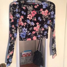 H&M floral long sleeve crop top SEE DESCRIPTION Floral long sleeve crop top the model is not wearing the exact crop top but the same fit! Price is firm H&M Tops Crop Tops