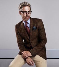 Grisalho, de óculos e tons terrosos = chic  www.hypercool.com.br