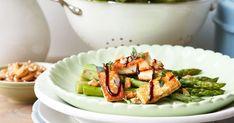 Sparrissallad med grillad ost och härliga smaker av medelhavet. Balsamico, timjan och nötter på toppen gör salladen till ett mästerverk.