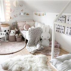 Godkväll✨! I dag har jag städat hela huset, grundligt med mattor ute, vädrat sängkläder , städat i skåp och nu känns det såå skönt! Mannen börjar jobba i natt och, även om det inte var jättekul att lägga sista lediga dagen på städning så känns det underbart nu🙌🏼! Ska göra mig en kopp te nu, krypa upp i soffan och göra ett blogginlägg om dotterns rum, fler bilder och inköpsställe hittar ni strax där. Länk finns i bio. . Ha en riktigt fin kväll! ~~~~~~~~~~~~~~~~~ Good evening✨! Today I have…