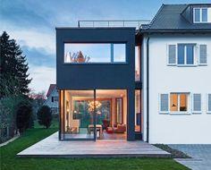 Iserbrook: //Anbau an Haus. Gern zweistöckig, gern mit Dachterrasse. Vom Haus müssten mehrere Stufen runter zum Anbau führen. Von dort mehrere Stufen zur Gartenfläche.