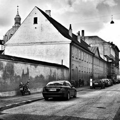 Det nåværende navnet er fra 1869 og til minne om Fredericias rolle under de slesvigske krigene i 1848 og 1864. Fredericiagade var tidligere flere gater: Blancogade, Akademigade, Kaninlængen, Bjørnegade, Nellikefade og Kokkegade.  Motivet er fra det som tidligere var Blancogade, som var gaten mellom Amalidegade og Bredgade. Kuppelen som dukker opp øverst i venstre hjørne av bildet tilhører Marmorkirken (Fredrik kirke).